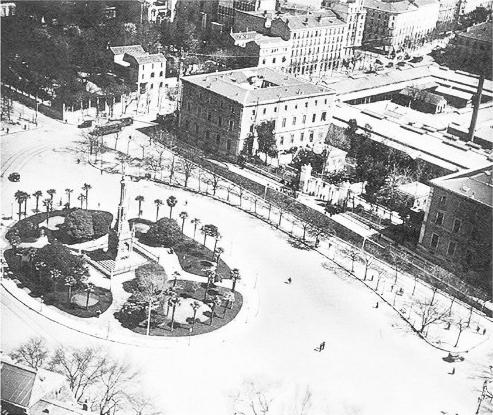 Glorieta con el Monumento a Colón y enfrente Palacio de la Moneda.